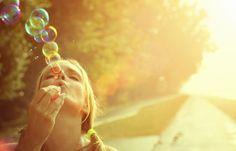 Jak zrobić bańki mydlane? Przypominamy NAJLEPSZĄ zabawę dzieciństwa!