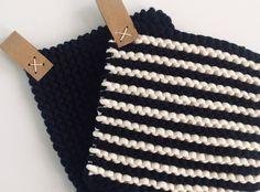Mitä mökille tuliaisiksi? Neulo tyylikäs patalappu - KOTIKUTOISESTI   Liisa Avelin Crochet Home, Diy Projects To Try, Needle And Thread, Handicraft, Diy And Crafts, Crochet Patterns, Knitting, Handmade, Gifts