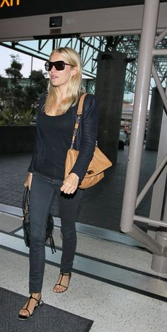 Sienna Miller StyleChi Casual Black Jacket Top Skinny Jeans T Bar Sandals Beige Shoulder Bag Sunglasses Mommy Style, Love Her Style, Cool Style, Fasion, Fashion Outfits, Style Fashion, Fashion Ideas, Sienna Miller Style, Autumn Winter Fashion