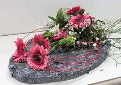 Bloemstuk in paasstijl met vers groen, bloemen, keraCoat en tempex Funeral, Flower Arrangements, Plants, Diy, Floral Arrangement, Flowers, All Saints Day, Floral, Do It Yourself
