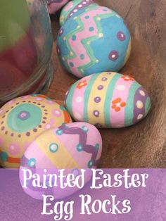 These painted Easter egg rocks are super easy and tons of fun for kids to make! Use them as part of your Easter decor or include them in a non-candy Easter egg hunt! Rock Painting Ideas Easy, Rock Painting Designs, Egg Rock, Easter Crafts For Kids, Easter Decor, Easter Centerpiece, Bunny Crafts, Easter Table, Easter Party