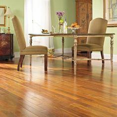 Os pisos de madeira possuem alta durabilidade e garantem requinte e elegância para os ambientes. Ao fazer a manutenção regularmente você terá um piso com aparência de novo por muitos anos e ainda mais conforto.