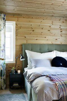 Lag en lekker sengegavel, invester i noen hotell puter og gi deg selv hotellfølelsen. Pledd, sengetøy og utvalgte tekstiler i nydelige mønster, skape en perfekt harmoni. Ta med naturen inn. Grønt med treverk er lekkert sammen både på hytta og hjemme. #hytte#soverom#sengegavel#puter#innredning#inspirasjon#inspiration#ideer#gardiner#nattbord#lampe#furu#beis#farger#maling#Fargerike#dobbeltseng Designers Guild, Ikea, Furniture, Home Decor, Decoration Home, Ikea Co, Room Decor, Home Furnishings, Home Interior Design