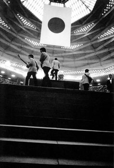 The Beatles entering the Budokan Hall to perform their first concert in Japan, 1966 The Beatles Live, Les Beatles, Liverpool, Great Bands, Cool Bands, John Lennon Paul Mccartney, Best Rock Bands, Beatles Photos, The Fab Four