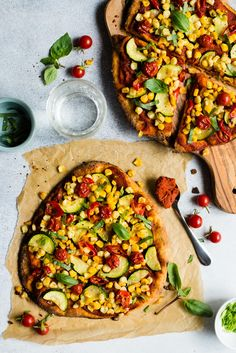 This vegan red curry naan pizza is topped with my favorite summer vegetables: corn, zucchini and tomatoes. All it takes is just 25 minutes! The post Red Curry Flatbread Pizza appeared first on Trendy. Vegan Recipes Videos, Healthy Recipe Videos, Vegan Dinner Recipes, Pizza Recipes, Vegetarian Recipes, Healthy Recipes, Corn Recipes, Vegetarian Dinners, Asian Recipes