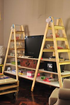estantería con escaleras