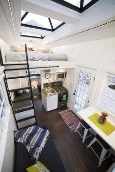 petite maison bois, parement bois blanc neige, sol en parquet foncé et puits de lumière