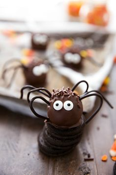 Easy Halloween Oreo Balls - Spiders!   http://www.chelseasmessyapron.com/
