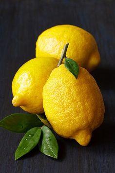 Homemade DIY Lemon Hand Scrub (just like at the spa! Fruit And Veg, Fruits And Vegetables, Fresh Fruit, Lemon Yellow, Lemon Lime, Yellow Fruit, Yellow Roses, Photo Fruit, Fruit Photography