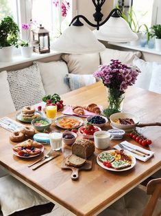 Three delicious breakfast ideas for every day – Fashion Kitchen - Frühstück Breakfast Table Setting, Breakfast Platter, Breakfast In Bed, Breakfast Recipes, Brunch Mesa, Brunch Table, Mothers Day Dinner, Mothers Day Breakfast, Food Platters