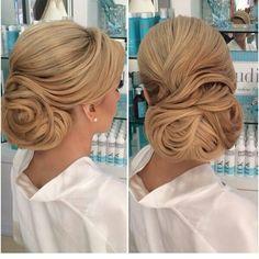 Sarı saçlara yapılan topuzlar herzaman dikkat çekici ve göz alıcıdır! Sarı saçlara sahipseniz farklı modeller kullanarak daha hoş bir gelinbaşına sahip olabilirsiniz! #2015gelinsaçı #2015gelibaşı #gelinsaçı #gelintopuzu http://xn--gelinsamodelleri-ipb.com/2015/09/23/2015-gelinbasi-trendi/3/