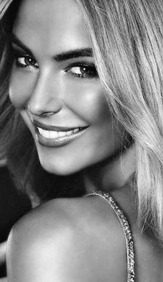 BEAUTY GIRL Black And White Portraits, Black And White Pictures, Black And White Photography, Black White, Most Beautiful Faces, Beautiful Smile, Beautiful Women, Beautiful Pictures, Girl Face