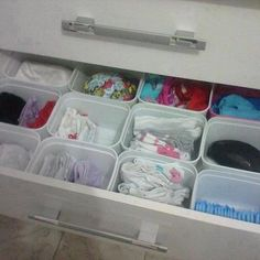 HOW TO: Je huis opruimen met 15 opbergtips // Good idea selected by MommyInTheCity. Reuse Containers, Ice Cream Containers, Storage Containers, Baby Formula Containers, Organizar Closet, Wipes Box, Baby Wipe Box, Ice Cream Tubs, Baby Wipes Container