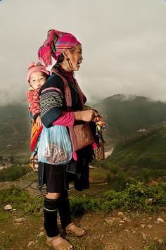 Black Hmong Mother & Baby by Colsteel We Are The World, People Around The World, Hmong People, Baby Carrying, Poor Children, Women Life, Mother And Child, World Cultures, Baby Wearing