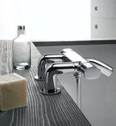 Las formas ovaladas, hilo conductor de esta colección, inspira empuñaduras, cuerpos y columnas en una armoniosa fluidez. La ducha y el baño embellecen con elegantes termostáticas de asombrosa sobriedad y belleza.