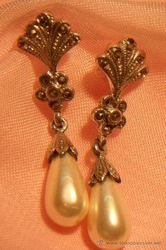 Pendientes de plata 925 con contraste, engarce de marcasitas y pendentif de perla natural de rio.