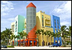 Art Deco multicolour building in Miami Beach, photo: Roberto Portolese