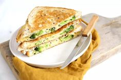 Broccoli tosti - Lekker en Simpel Sandwiches, Salmon Burgers, Broccoli, Catering, Ethnic Recipes, Food, Grilled Cheeses, Planks, Lunches