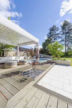 Darren Saines hagedesign med terrasse fra MøreRoyal® - lekkert i kombinasjon med stein