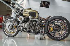 Twin turbo! BMW R100 Bobber by Boxer Metal.A falta de uno dos. Mira esta BMW transformada con mucho estilo y dos pedazo de turbos: http://www.caferacerpasion.com/bmw-r100-bobber-turbo-boxer-metal/
