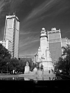 Con la Torre de Madrid a la izquierda, el Edificio España a la derecha y el monumento a Cervantes en primer plano   Excursions in Barcelona Excursions in Barcelona Vacations in Barcelona Sightseeing tours, airport transfers, taxi, interpreter and your personal guide in Bar