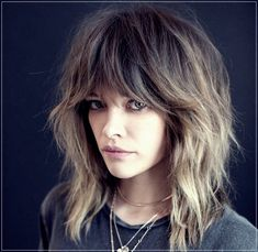 51 Sexy Shoulder Length Haircuts For Trendy Look Shaggy Layers With Feather Bang ★ Medium Hair Cuts, Short Hair Cuts, Medium Hair Styles, Curly Hair Styles, 70s Haircuts, Medium Shag Haircuts, Curly Haircuts, Hight Light, Shaggy Hair