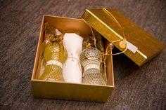 Gift para madrinhas: aromatizador de ambientes e um sabonete liquido perolado Vintage com tolha de mãos com a inicial da madrinha. Caixa em MDF encapada com papel dourado personalizada.