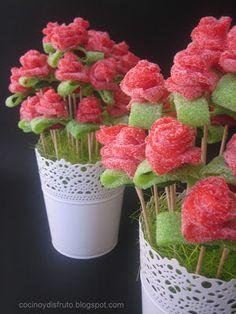 Rosas de regaliz que están ¡para comérselas! Candy Party, Party Treats, Party Favors, Candy Kabobs, Dessert Kabobs, Sweet Trees, Candy Cakes, Candy Bouquet, Rose Bouquet