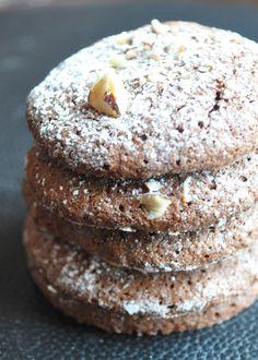 """L'intitulé de la recette est à la base """"dacquoise au chocolat"""" Il s'agit de biscuits réalisés avec des noisettes, des blancs d'oeufs, du sucre et du chocolat... pour une vingtaine de biscuits 130 g de noisettes en poudre 150 g de sucre glace (prévoir..."""