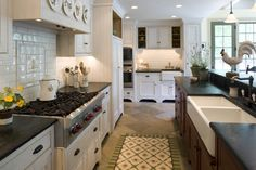 Are you wanting to refresh your dated oak cabinets with paint? Here are some great tips + tricks for painting oak cabinets and giving them a new look! Country Kitchen Decor, Country Kitchen, Custom Kitchen, Kitchen Redo, Kitchen Design Decor, Kitchen Style, Modern Farmhouse Kitchens, Kitchen Cabinets, Painting Oak Cabinets