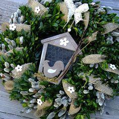 Jarní věnec - Přírodní buxus s budkou Větší velikonoční respektive jarní věneček,kombinace buxusu , jívy, juty. Zdobený ptačí budkou v závěsu. Průměr věnce je 38cm.