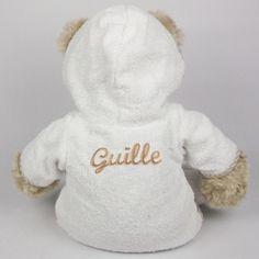 Oso con nombre bordado en el albornoz Divertido regalo para un nacimiento o un bautizo. Oso de peluche con albornoz y zapatillas. En la parte de atrás del albornoz bordamos el nombre del niño en color beige. 39,00 €