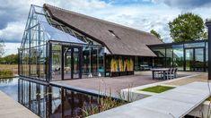 Es sieht wie ein modernes Fachwerkhaus aus und besteht aus zwei Baukörpern, die ein Flur aus Glas verbindet. Die charakteristische Hausform und das Reetdach erinnern an
