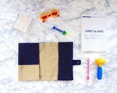 tutoriel tuto DIY couture protège carnet de santé Coin Couture, Baby Couture, Sewing Online, Baby Kit, Crochet Baby, Diy, Notebook, Baby Shower, Photos