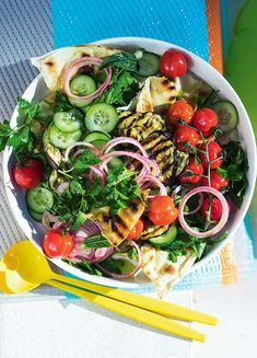 Middle Eastern Fattoush With Grilled Pita Pita Recipes, Vegan Recipes, Cooking Recipes, Yummy Recipes, Low Calorie Vegetarian Recipes, Vegan Meals, Vegan Vegetarian, Middle Eastern Salads