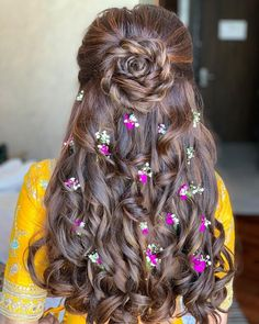These latest open hairstyles are the best for the pre and post-wedding functions. Most of the people get confused when it comes to styling their open hair. We spotted some open hairstyles wore by. Open Hairstyles, Indian Wedding Hairstyles, Unique Hairstyles, Bride Hairstyles, Princess Hairstyles, Hairstyles With Lehenga, Messy Bun Hairstyles, Amazing Hairstyles, Hairstyles Videos