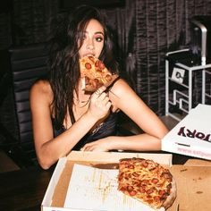 Enjoy your next pizza night without the guilt! Here's how the Pretty Little Liars star, Shay Mitchell, balances her love for pizza with staying healthy and fit. Healthy Diet Tips, Healthy Pizza, Healthy Lifestyle, Emily Fields, Pizza Photo, Pizza Girls, Pizza Day, Pizza Pizza, Foto Madrid