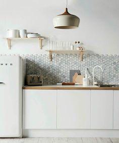 Une cuisine simple, épurée et efficace grâce à la sobriété du blanc.