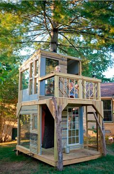 From simple tree house plans for kids to the big ones for adult that you can live in. If you're looking for tree house design ideas. Find and save ideas about Tree house designs. Tree House Designs, Tiny House Design, Diy Tree House, Tree House Plans, Cubby Houses, Play Houses, Casa Kids, Casas Club, Modern Kids