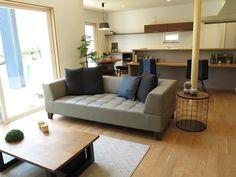 ブラックチェリー材のフローリングにウォールナット材の家具とグレージュ色のレザーソファでコーディネート!アクセントにデニム色を提案! (インテリアショップBIGJOY)
