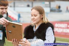 Пенальти от красавиц  Саратовский «Сокол» определил любительницу футбола, которая представит клуб и город на финальном этапе Конкурса Мисс «ФНЛ-ФОНБЕТ» в Москве.  Саратовская часть конкурса состояла из двух этапов. Сначала фотографии (в атрибутике клуба, в полный рост и портрет) были размещены на официальной странице клуба в соцсетях. Пятерку претенденток, набравших наибольшее количество голосов, пригласили на матч «Сокол» - «Кубань» (Краснодар), в перерыве которого они соревновались в…
