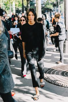 All black outfits. Black on black. Best black outfits. Fashion Inspiration. Best Street Style Outfits.
