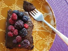 Estos brownies deliciosos contienen un ingrediente secreto: (Frijoles) Porotos negros... Aunque su sabor es completamente neutralizado por el chocolate.  Ingredientes >Para la masa:  2 Tasas de porotos (Frijoles) negros cocidos y escurridos en agua (sin sal) 1/2 Taza de chocolate amargo en polvo 20 Dátiles 2 Cucharaditas de esencia de vainilla natural 2 Cucharadas de mantequilla de maní 1 Cucharada de canela en polvo    >Para el glaseado:  1 Palta (aguacate) 3/4 Taza de dátiles remojados en…