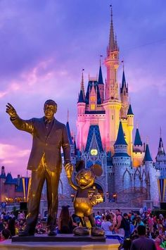 Partners statue of Walt Disney and Mickey Mouse in front of Cinderella Castle in Magic Kingdom Disney Pixar, Disney Parks, Deco Disney, Disney Nerd, Cute Disney, Disney World Vacation, Disney Vacations, Walt Disney World, Disney World Castle
