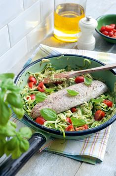 Courgetti met pesto en makreel   https://njam.tv/recepten/courgetti-met-pesto-en-makreel