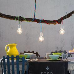 ➥ Ein Ast aus dem Wald und bunte Textilkabel-Leuchten werden zu tollen Licht-Kunstwerken.