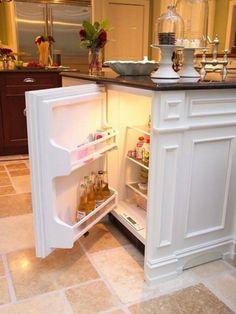 Маленький холодильник, встроенный в кухонный шкафчик - идеальное решения для большой семьи.