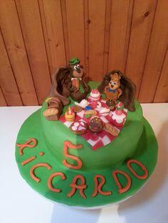 Torta Yoghi e Bubu. Molly cake farcita con crema pasticcera e lamponi freschi. Copertura e decorazioni in pasta di zucchero fatte a mano.