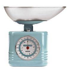 Balance de cuisine mécanique en métal bleu style vintage, capacité de 2 kgs. Cette balance très déco fait partie de la gamme Summer House qui décline un ensemble de boîtes de conservation.