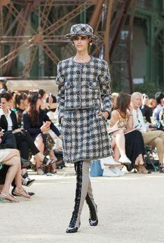 Desfile de Chanel Alta Costura otoño-invierno 2017-2018 (Parte I)  Reina tweed, evidentemente. También vemos cuero, satén, lana, chifón. Además colores y estampados reconocibles, una versión renovada de traje clásico y un trabajo manual muy fino. Entre colores negro, gris, marrón, azul del cielo nocturno. #coleccion #desfile #chanel #altacostura #semanadelamoda #paris #blog #fashion  #fashionblog #collection #karllagerfeld #luxury #style #designer #design #details #hautecouture #fashionweek